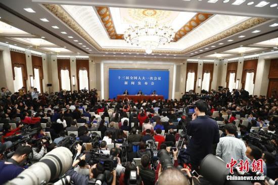十三届全国人大一次会议于3月4日上午11时在人民大会堂新闻发布厅举行新闻发布会。大会发言人张业遂就大会议程和人大工作相关的问题回答中外记者的提问。中新社记者 富田 摄