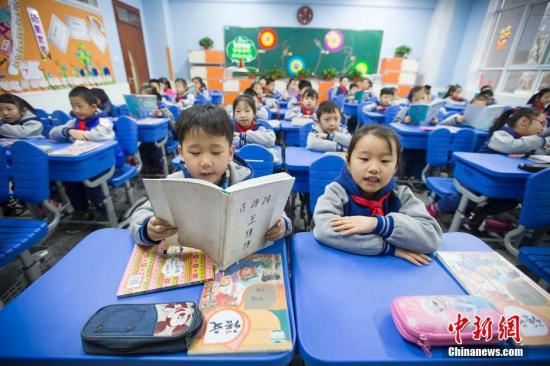 资料图:小学的学生们在进行早读。 张云 摄