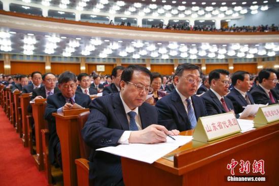 3月5日,十三届全国人大一次会议在北京人民大会堂开幕。图为代表们听会。 <a target='_blank' href='http://www.chinanews.com/'>中新社</a>记者 刘震 摄