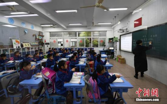 3月5日,浙江小学生们正在上课。近日,浙江省在中国率先实施推迟小学早上上学时间,要求一二年级学生最迟到校时间不得早于8点,上课时间不得早于8点30分,以此保障学生充足的休息时间,促进其身心健康,提升学习效率。<em></em>&#xA;中新社记者 王刚 摄