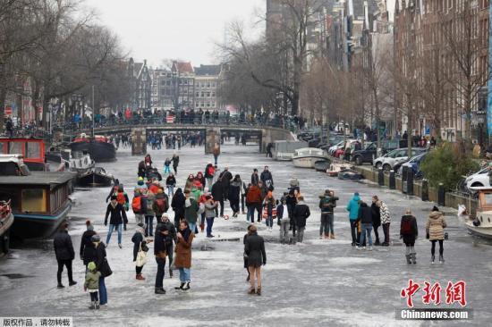 疫情下骑行者大增 荷兰首都拟在桥上摆鲜花阻止乱停车