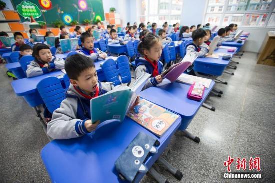 资料图:小学生们在进行早读。 张云 摄