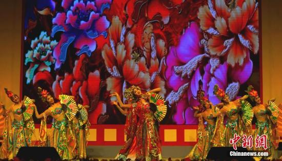 """""""文化中国·四海同春""""国侨办大型慰侨演出轰动马尼拉。图为中国歌剧舞剧院表演的舞蹈《贵妃醉酒》。/p中新社记者 关向东 摄"""