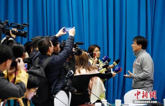 在文艺界小组会议上,成龙委员接受记者采访。 <a target='_blank' href='http://www.chinanews.com/'>中新社</a>记者 卞正锋 摄