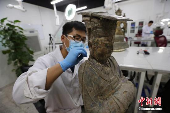 """陕西历史博物馆的""""文物医生"""":心怀敬畏留住历史痕迹"""