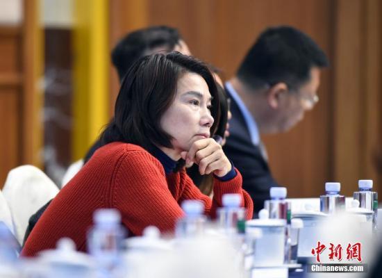 3月6日上午,十三届全国人大一次会议广东代表团在北京举行全体会议,审议政府工作报告。图为全国人大代表董明珠出席会议。中新社记者 侯宇 摄