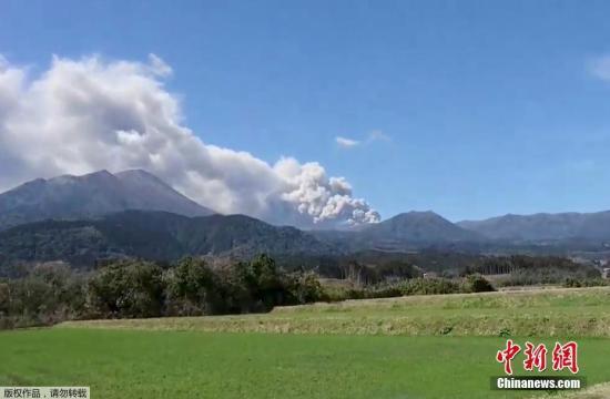 本月1日开始,该火山就有断断续续的小规模喷发,在6日下午2时27分左右演变成爆炸性喷发,喷发导致烟尘升至2100米高空。2时47分左右的喷发则把烟尘最高抬升至2300米。