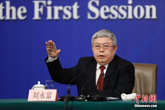 """3月7日,十三届全国人大一次会议举行记者会,国务院扶贫办主任刘永富就""""打好精准脱贫攻坚战""""的相关问题回答中外记者的提问。 中新社记者 杜洋 摄"""