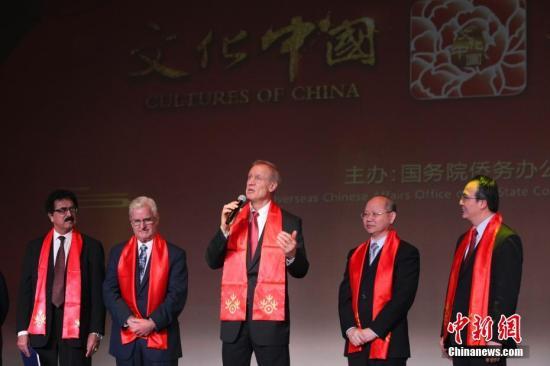 """原料图片:""""文化中国·四海同春""""运动在北美。图为伊利诺伊州州长布鲁斯·劳纳(右三)在演出最先前致辞。 中新社记者 马德林 摄"""