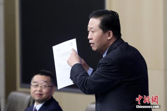 """3月7日,十三届全国人大一次会议新闻中心在北京举行记者会,财政部部长肖捷,副部长史耀斌、胡静林就""""财税改革和财政工作""""相关问题回答中外记者提问。图为肖捷回答记者提问。/p中新社记者 韩海丹 摄"""