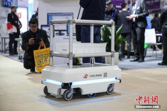 """丹麦展商MiR带来的移动机器人引人关注,与AGV技术依靠地面磁钉导航不同,MiR机器人完全凭借先进2D雷达扫描技术自主行驶,被外界誉为""""室内版无人驾驶""""。张亨伟 摄"""