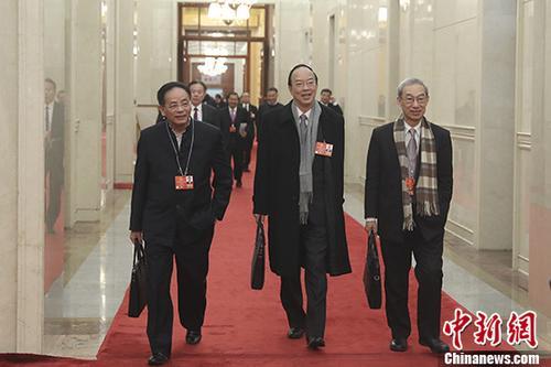 资料图:卢瑞安(右)。 <a target='_blank' href='http://www.chinanews.com/'>中新社</a>记者 盛佳鹏 摄