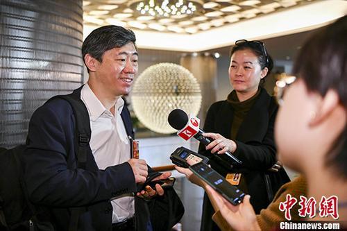 3月6日上午,全国政协十三届一次会议无党派界小组会议在北京举行。图为李稻葵委员接受媒体采访。 中新社记者 骆云飞 摄
