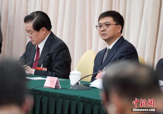 3月8日,十三届全国人大一次会议河北省代表团在北京举行全体会议。图为全国人大代表、河北省副省长、雄安新区管委会主任陈刚(右)出席会议。 <a target='_blank' href='http://www.chinanews.com/'>中新社</a>记者 毛建军 摄