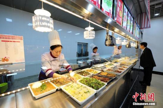 资料图:学校食堂。 中新社记者 于琨 摄