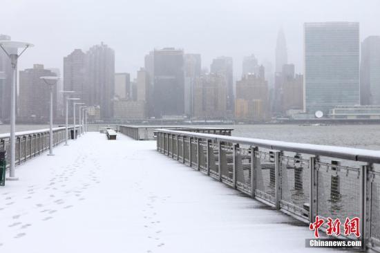当地时间3月7日,美国纽约降下大雪,从东河观望曼哈顿中城雪景。<a target='_blank' href='http://www.chinanews.com/'>中新社</a>记者 廖攀 摄