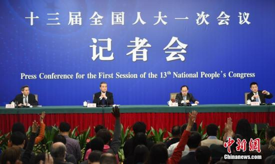 """3月8日上午,十三届全国人大一次会议在北京举行记者会,外交部部长王毅就""""中国外交政策和对外关系""""回答中外记者提问。<a target='_blank' href='http://www.chinanews.com/'>中新社</a>记者 侯宇 摄"""