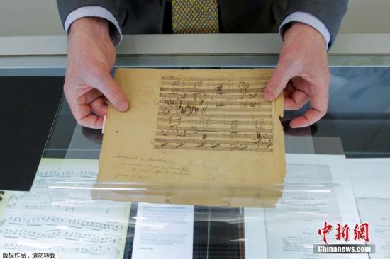 当地时间2018年3月6日,美国纽约,宝龙拍卖行展出即将拍卖的爱因斯坦的小提琴、贝多芬签名乐谱及本杰明·富兰克林的棱镜。