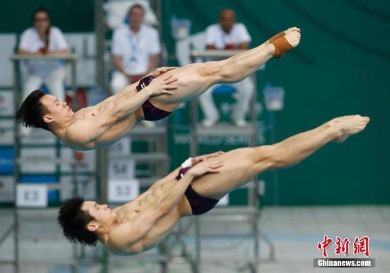 3月9日,2018 FINA 世界跳水系列赛(北京站)男子双人3米跳板决赛在北京国家游泳中心(水立方)举行,中国组合曹缘/谢思埸以总成绩497.34分夺得冠军。 中新社记者 刘关关 摄