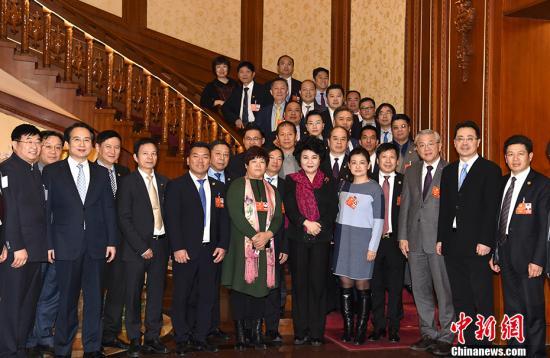3月9日,国务院侨办主任裘援平、副主任谭天星在北京会见列席全国政协十三届一次会议的海外侨胞代表。 /p中新社记者 张勤 摄