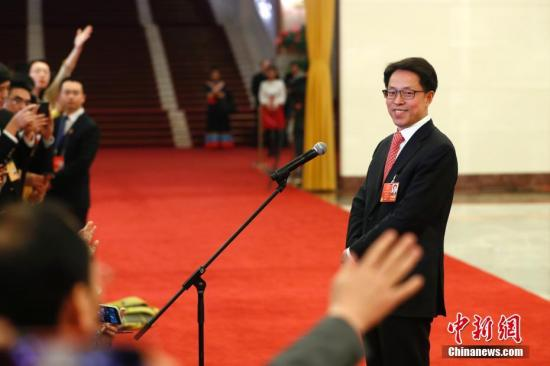 """3月9日,国务院港澳事务办公室主任张晓明在十三届全国人大一次会议的""""部长通道""""接受媒体采访。 <a target='_blank' href='http://www.chinanews.com/'>中新社</a>记者 富田 摄"""