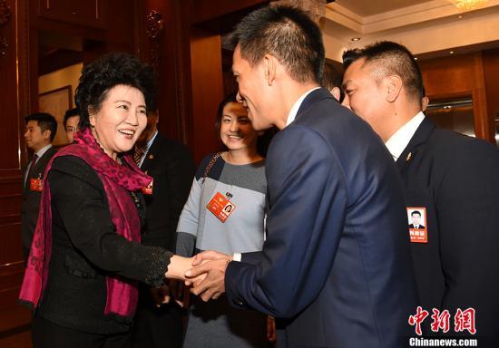 3月9日,国务院侨办主任裘援平在北京会见列席全国政协十三届一次会议的海外侨胞代表。 /p中新社记者 张勤 摄