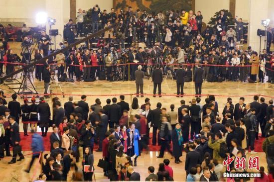 """3月9日下午,十三届全国人大一次会议在北京人民大会堂举行第二场""""代表通道""""集中采访活动。 记者 毛建军 摄"""