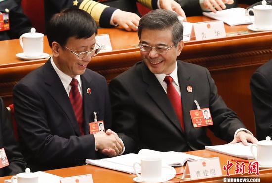 3月9日,十三届全国人大一次会议在北京人民大会堂举行第二次全体会议。最高人民法院院长周强(右)与最高人民检察院检察长曹建明握手。 中新社记者 杜洋 摄