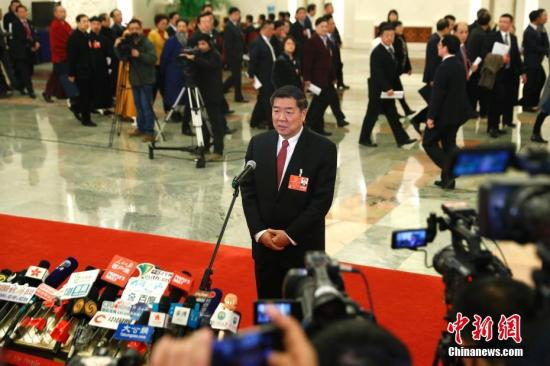 """3月9日,国家发展和改革委员会主任何立峰在十三届全国人大一次会议的""""部长通道""""接受媒体采访。 <a target='_blank' href='http://www.chinanews.com/'>中新社</a>记者 富田 摄"""