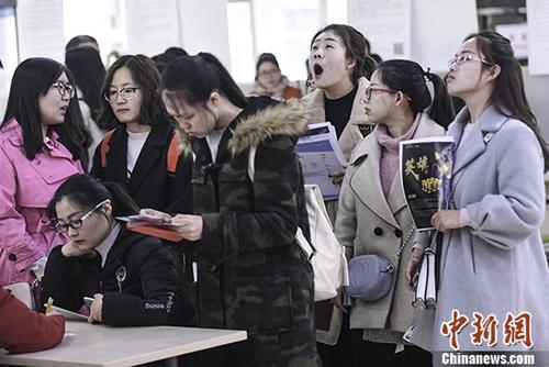 3月9日,山西太原举行女性专场招聘会,众多即将毕业的女大学生前来应聘找工作。 中新社记者 武俊杰 摄
