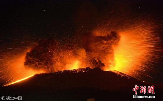 据日本媒体报道,日本九州岛宫崎县与鹿儿岛交界的新燃岳火山3月10日凌晨2时再度喷发。火山本次喷发规模较大,烟尘最高达到4500米。日本气象厅凌晨5时发布3级火山喷发警戒,并将警戒范围自周围3公里扩大到4公里。根据日本气象厅说法,新燃岳火山本月1日开始陆续出现火山活动,10日凌晨发生了较大规模的火山喷发,不排除未来新燃岳火山还会发生更多火山活动,呼吁周围民众提高危险警戒。 图片来源:视觉中国
