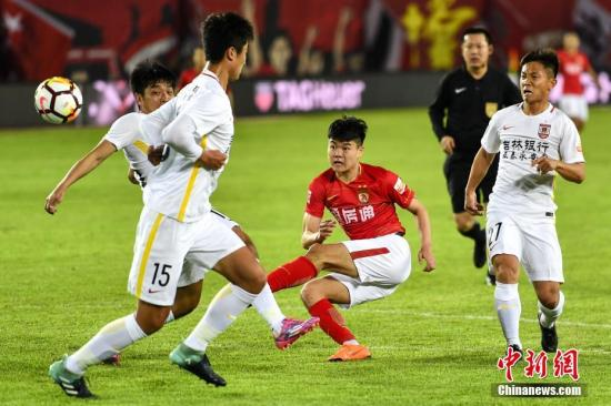 资料图:长春亚泰(白)。 <a target='_blank' href='http://www.chinanews.com/'>中新社</a>记者 陈骥�F 摄