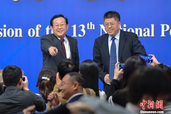 """3月10日上午,十三届全国人大一次会议在北京举行记者会,科技部部长万钢、政策法规与监督司司长贺德方、创新发展司司长许��就""""加快建设创新型国家""""相关问题回答中外记者提问。图为万钢(左)、贺德方(右)向记者致意。 <a target='_blank' href='http://www.chinanews.com/'>中新社</a>记者 骆云飞 摄"""