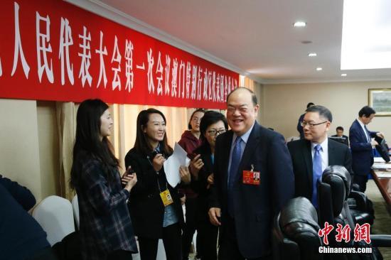 3月10日,十三届全国人大一次会议澳门特别行政区代表团在北京举行全体会议。全国人大代表、澳门特区立法会主席贺一诚和全国人大代表,澳门特区立法会议员、澳门科学技术协进会理事长崔世平(前右一)出席会议。 <a target='_blank' href='http://www.chinanews.com/'>中新社</a>记者 韩海丹 摄