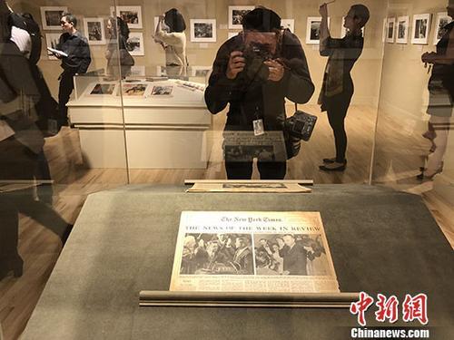 """""""美国的愿景:肯尼迪的一生与时代""""经典影展3月10日至6月3日在位于美国加州圣塔安娜市的宝尔博物馆举行。图为9日举行的媒体预展。 中新社记者 张朔 摄"""