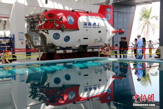 """潜航员团队为参观人员介绍""""深海勇士""""号的载人舱、机械手、推进器、视频系统、声学系统等主要系统,通俗的解释了""""深海勇士""""号上浮下潜和执行科考任务的过程。王晓斌 摄"""