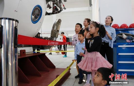 当天,位于海南省三亚市的中国科学院深海科学与工程研究所迎来120名市民。王晓斌 摄