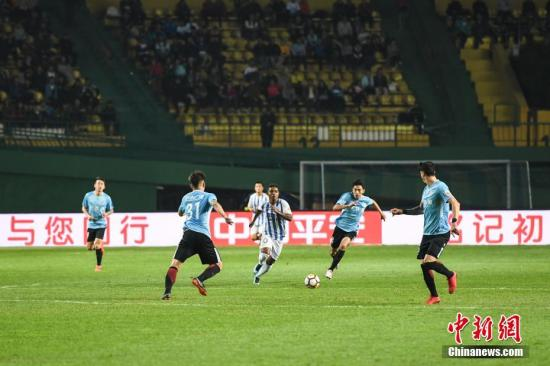 3月10日晚,广州富力与大连一方两队球员拼抢球权。当晚,在中超联赛第二轮比赛中,广州富力主场2比0击败大连一方。/p中新社记者 廖树培 摄