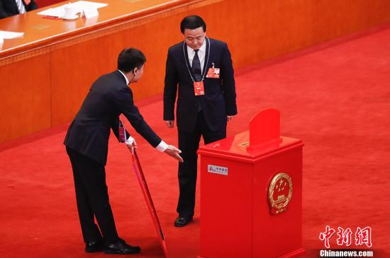 3月11日下午,十三届全国人大一次会议在北京人民大会堂举行第三次全体会议,表决通过《中华人民共和国宪法修正案》。图为监票人检查票箱。 <a target='_blank' href='http://reggaechina.com/'>中新社</a>记者 杜洋 摄