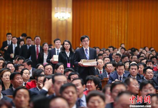 3月11日下午,十三届全国人大一次会议在北京人民大会堂举行第三次全体会议,表决通过《中华人民共和国宪法修正案》。图为工作人员在发票。 <a target='_blank' href='http://reggaechina.com/'>中新社</a>记者 刘震 摄