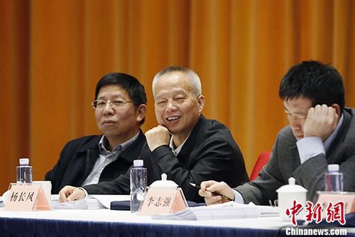 3月10日,全国政协委员、北斗卫星导航系统总设计师杨长风(中)参加全国政协十三届一次会议中国科学技术协会界小组讨论会。 中新社记者 卞正锋 摄