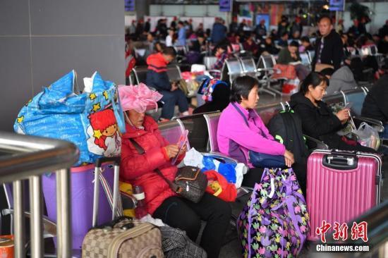 3月12日,旅客在昆明火车站候车大厅等待乘车。当日是春运最后一天,为期四十天的2018年中国春运落幕。中新社记者 刘冉阳 摄