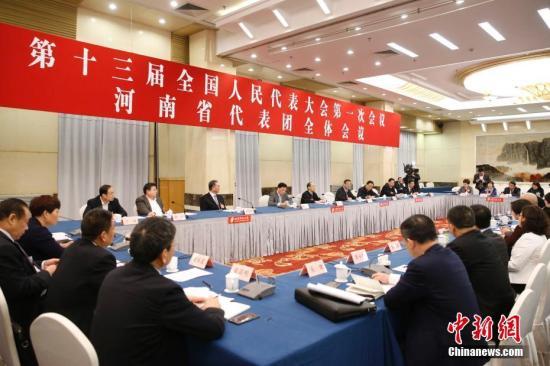 3月12日,全国人大河南省代表团举行小组会议,审议全国人大常委会工作报告。<a target='_blank' href='http://www.chinanews.com/'>中新社</a>记者 韩海丹 摄