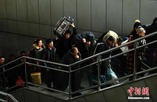 3月12日,旅客带着行李在重庆火车北站乘坐列车出行。当日,为期四十天的2018年春运落幕。&#10;<a target='_blank' href='http://reggaechina.com/'>中新社</a>记者 陈超 摄