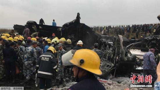 救援人员在现场紧急救援。