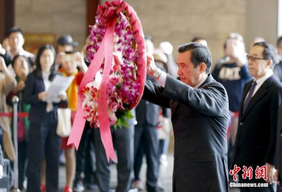 3月12日是孙中山逝世93周年纪念日,台湾当局前领导人马英九前往台北孙中山纪念馆,向孙中山铜像敬献花圈。中新社记者 陈小愿 摄