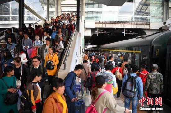 3月12日,旅客在昆明火车站进站乘车。当日是春运最后一天,为期四十天的2018年中国春运落幕。<a target='_blank' href='http://www.chinanews.com/' _fcksavedurl='http://www.chinanews.com/'>中新社</a>记者 刘冉阳 摄