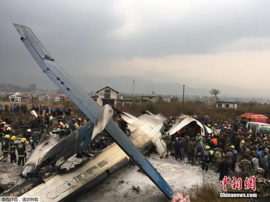 飞机坠毁后很快起火,当局估计事故中有人员伤亡。