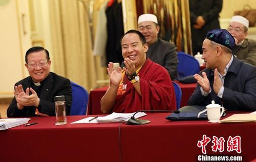 3月10日,全国政协十三届一次会议宗教界小组会议在北京举行。马英林委员(左)、班禅额尔德尼・确吉杰布委员(中)、阿地里江・阿吉克力木委员出席。<a target='_blank' href='http://www.chinanews.com/'>中新社</a>记者 毛建军 摄