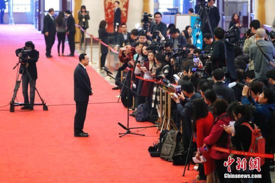 """3月13日,文化部部长雒树刚在十三届全国人大一次会议的""""部长通道""""接受媒体采访。/p记者 富田 摄"""
